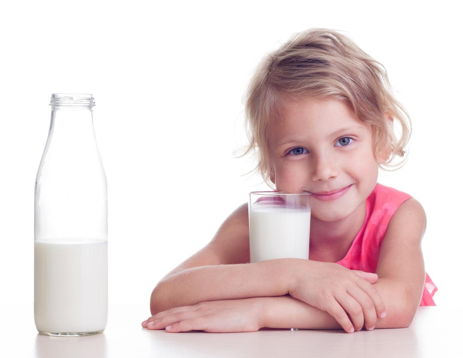 bambina con latte