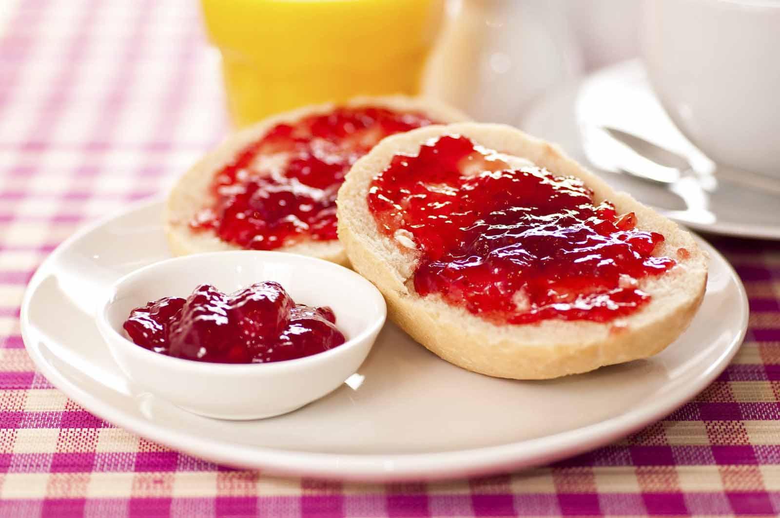 colazione equilibrata pane marmellata