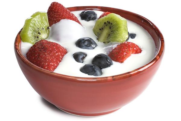 Aggiungere frutta fresca allo yogurt bianco è la scelta ottimale