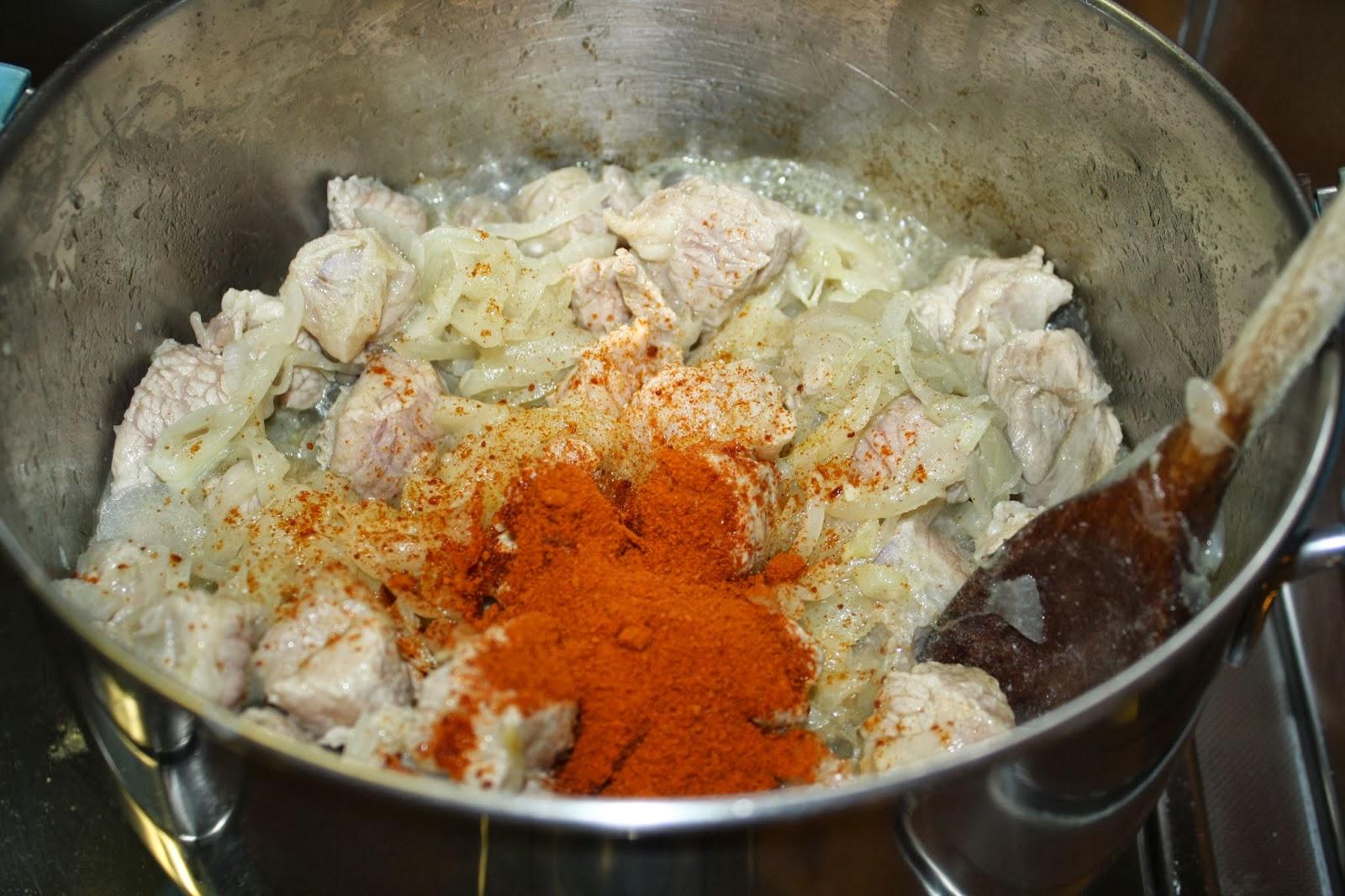 Preparazione della ricetta gulash alla paprika