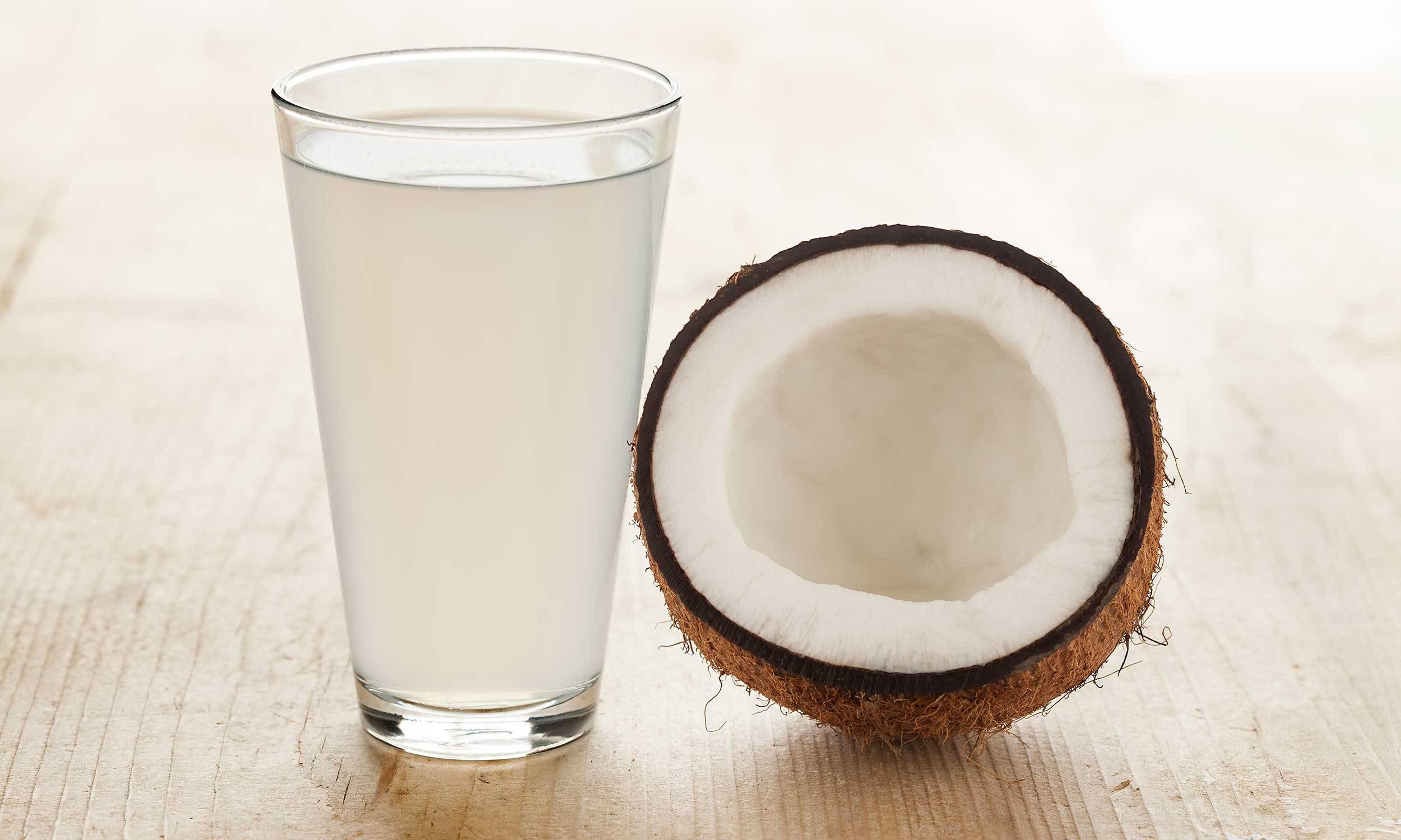L'acqua di cocco è molto diversa per composizione e benefici dal latte di cocco