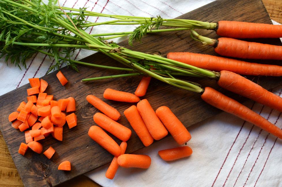 La parte commestibile della carota è la radice che può avere colorazioni differenti: dal bianco all'arancione fino al viola intenso (che è proprio la tinta delle carote delle origini!)