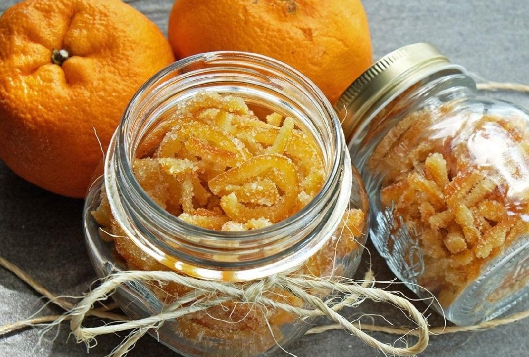 La canditura è una pratica molta antica, particolarmente apprezzata in Italia e Francia; la frutta candita è ingrediente caratteristico di ricette di lustro della nostra tradizione, tra cui spicca il panettone