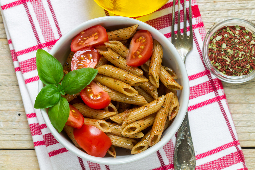 I carboidrati, se consumati in quantità adeguate, non disturbano la quiete notturna: un semplice piatto di pasta, meglio se integrale, si rivela perfetto anche per cena.