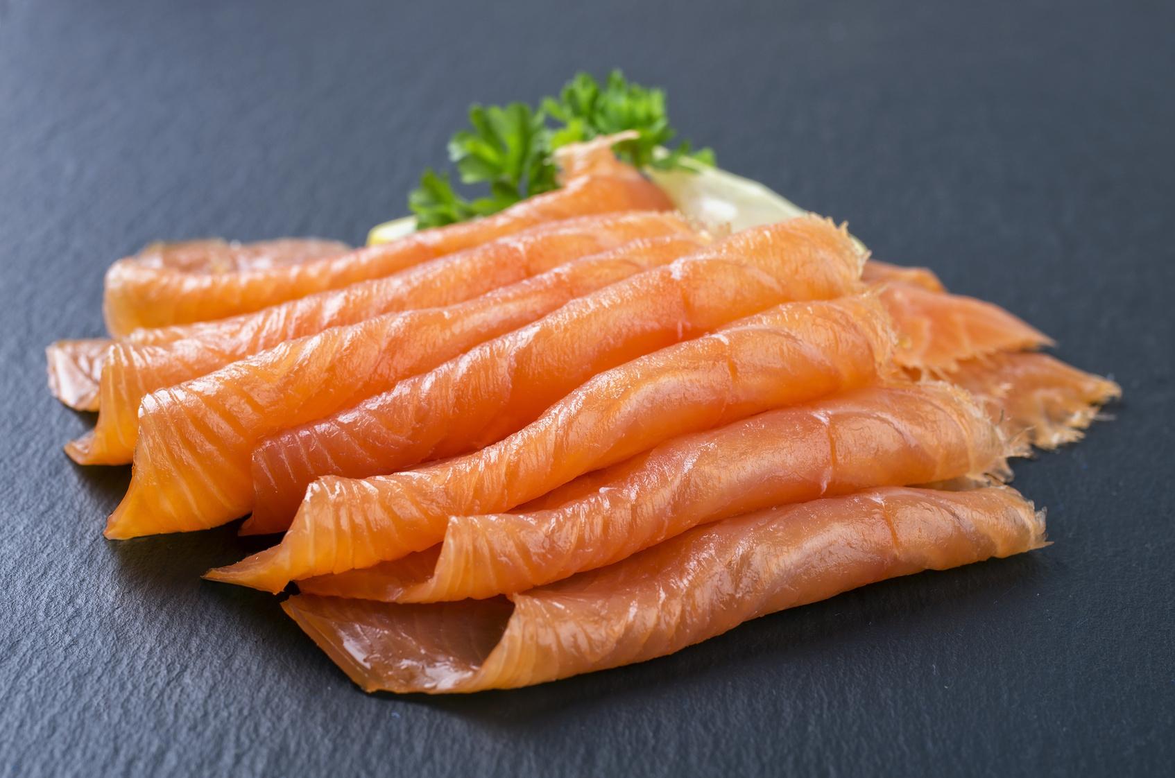 Nella dieta di ogni mamma non dovrebbe mancare mail il pesce, in quanto miniera di numerosi nutrienti protettivi; tuttavia, meglio evitare quello affumicato, che può risultare molto sgradito al bimbo.