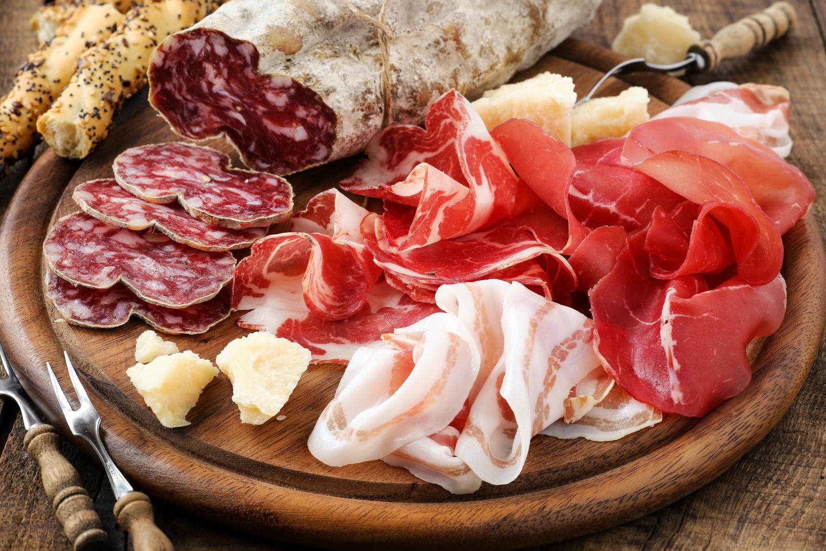 Salumi e formaggi sono i primi a salire sul banco degli imputati in caso di ipercolesterolemia: il loro consumo non è bandito in assoluto, ma è importante prediligere prodotti magri e rispettare porzioni e frequenze suggerite.