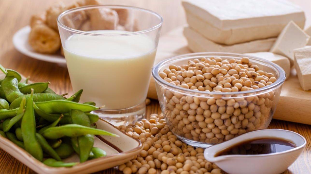 La soia è un legume multiforme, cardine della cucina orientale: per usufruire delle sue proprietà nutritive è bene consumarne i fagioli - reperibili in diverse varietà - o i derivati fermentati