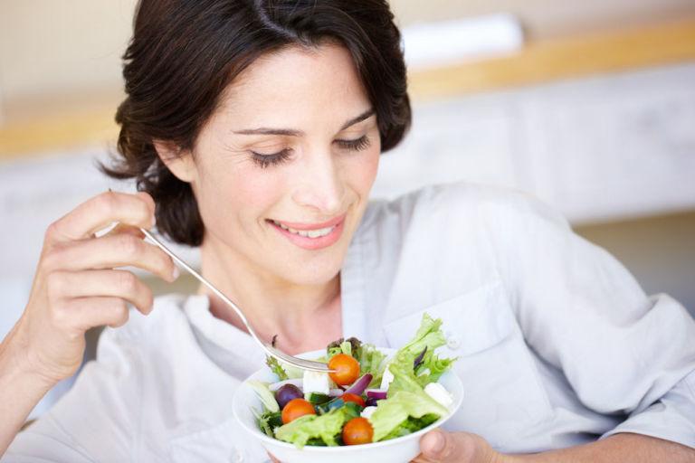 Una dieta varia e ricca di prodotti vegetali aiuta a contrastare un eccessivo aumento di peso e ad alleviare i sintomi della menopausa