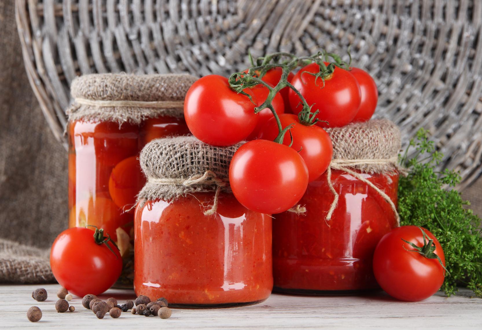 Il licopene contenuto nei pomodori protegge la pelle dai danni solari e svolge un'attenta sorveglianza, neutralizzando i composti dannosi; la cottura e il concomitante consumo di olio di oliva extravergine ne migliorano rispettivamente la disponibilità e l'assorbimento.