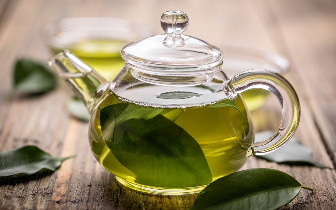Esistono tantissime tipologie di tè, tutte ricavate dalla Camellia Sinensis: il tè verde, non essendo sottoposto al processo di ossidazione, preserva una maggiore quantità di antiossidanti
