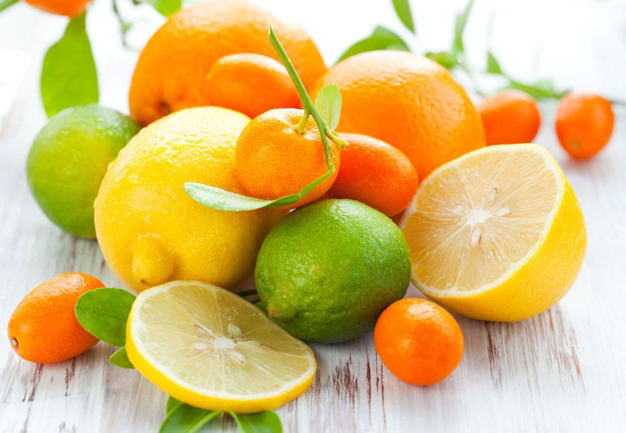 Usare succo di limone per condire le verdure è un'ottima strategia per assumere vitamina C e migliorare l'assorbimento del ferro, che a sua volta potenzia le difese naturali.