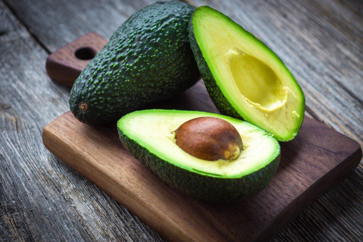 L'avocado è un frutto anomalo: per non eccedere con le calorie, è bene ricordare che 100 g di polpa di avocado possono sostituire due cucchiai di olio extravergine di oliva.