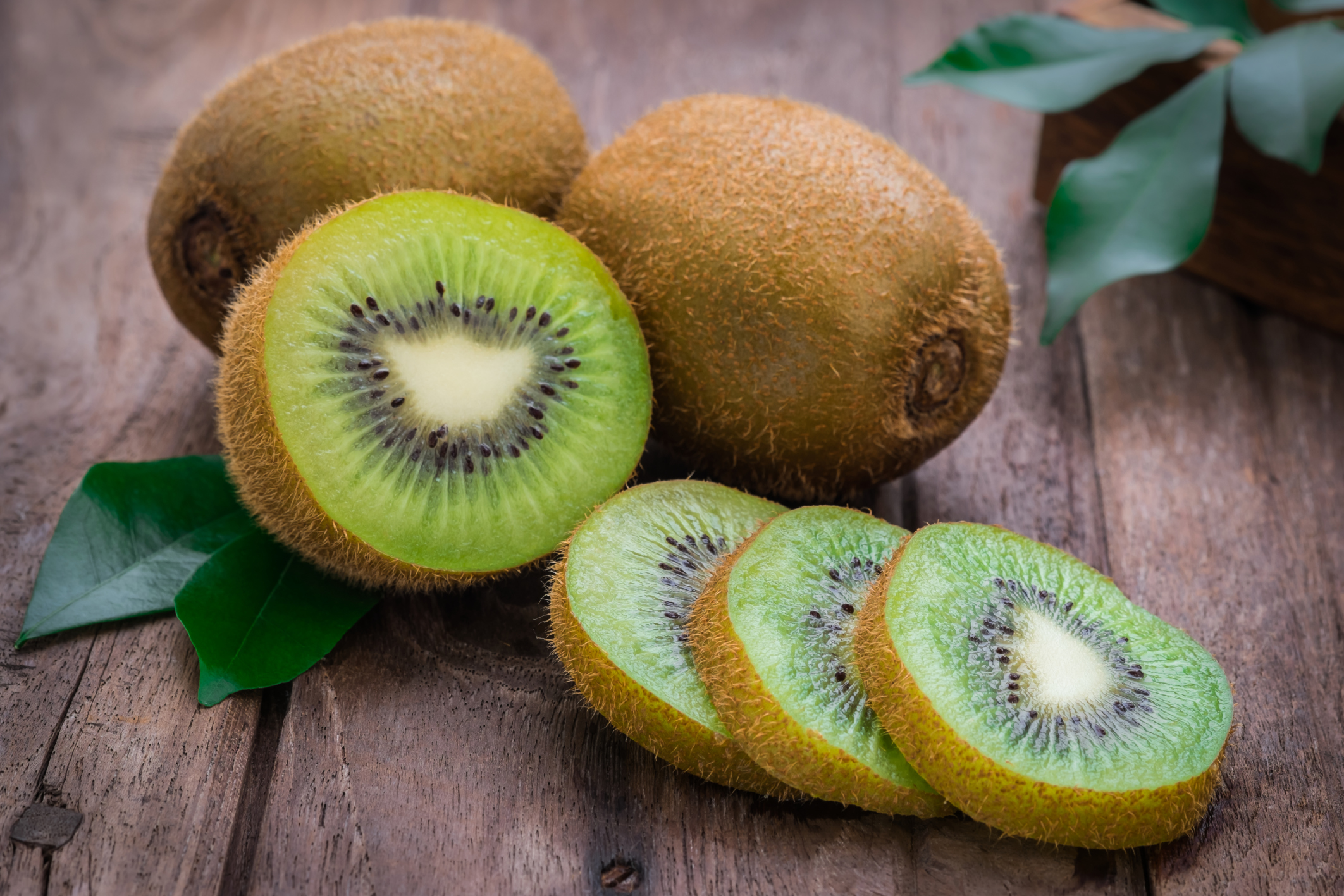 I kiwi costituiscono un segreto di bellezza da dentro e da fuori: maschere per il viso a base di kiwi possono essere preparate facilmente a livello casalingo, ma è solo il consumo del frutto che permette un'azione protettiva in profondità.
