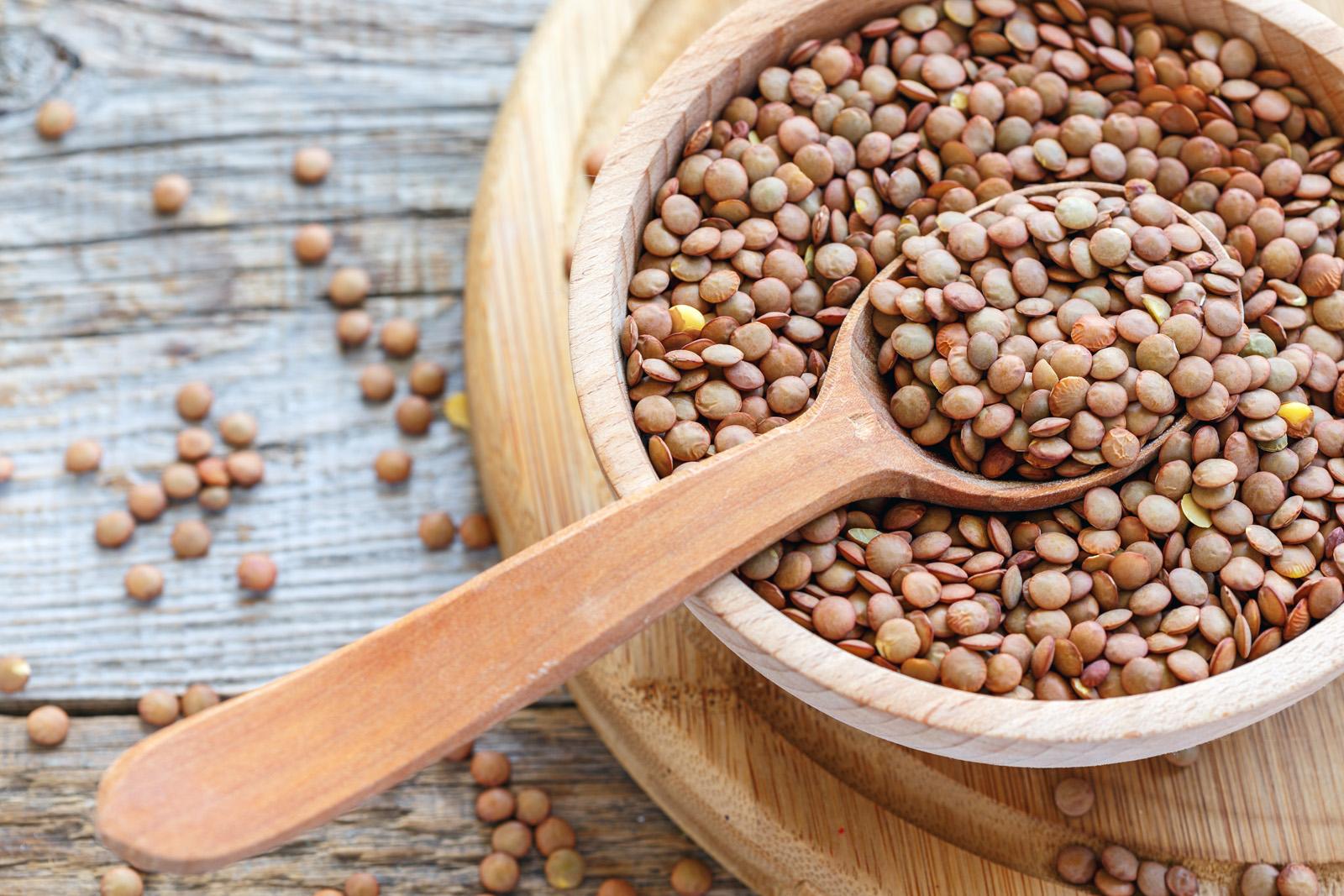 Si dice che mangiare lenticchie porti fortuna, ma questi legumi eserciterebbero la loro buona influenza anche racchiusi in un sacchettino - da appendere ad esempio in casa o da utilizzare come segnaposto per il cenone.