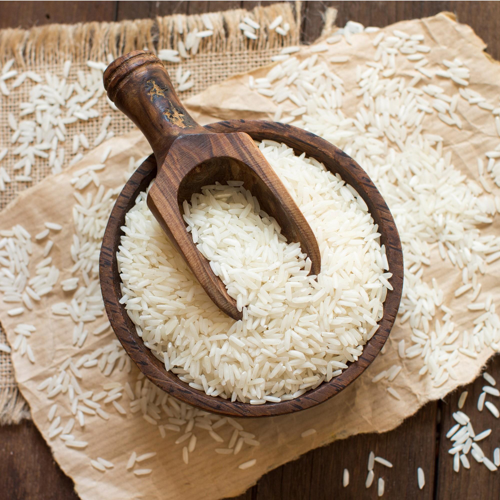 Come accade per le lenticchie, anche il riso riposto in un sacchetto (meglio se verde) porterebbe fortuna: i più superstiziosi sapranno che servono sette chicchi di riso e sette di melagrana per il massimo della prosperità.