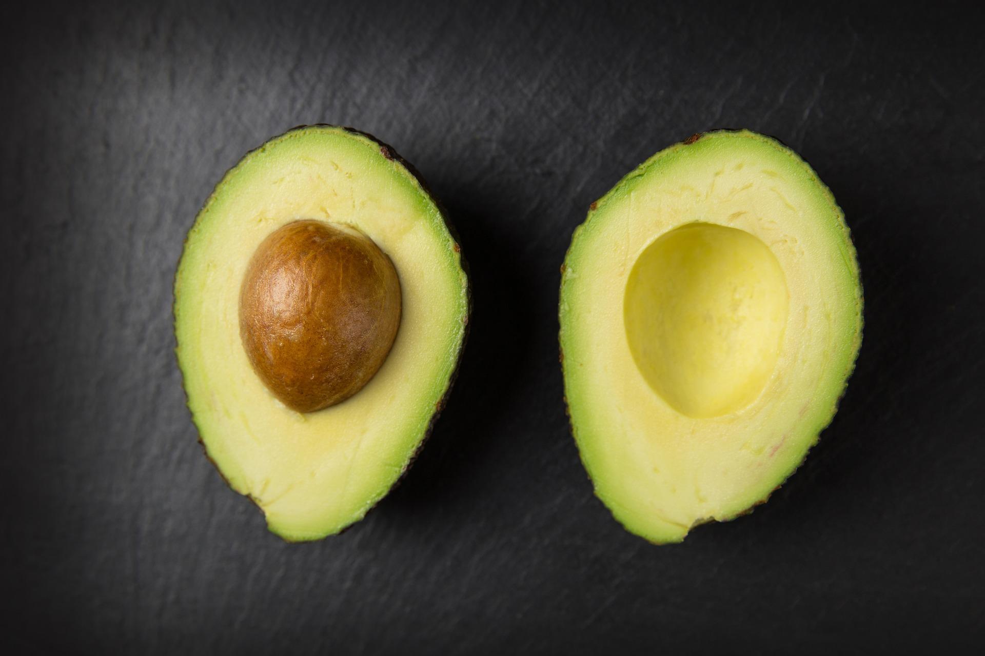 Le due principali varietà commerciali di avocado sono la Fuerte e la Hass; quest'ultima, considerata più pregiata, è stata brevettata nel 1935 da un postino di Los Angeles.