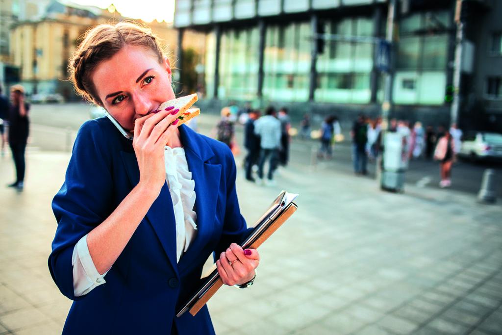 Mangiare in fretta è all'ordine del giorno per molti: 3 italiani su 4 dedicano a colazione, pranzo e cena la metà del tempo che sarebbe necessario per un pasto in tutta tranquillità.