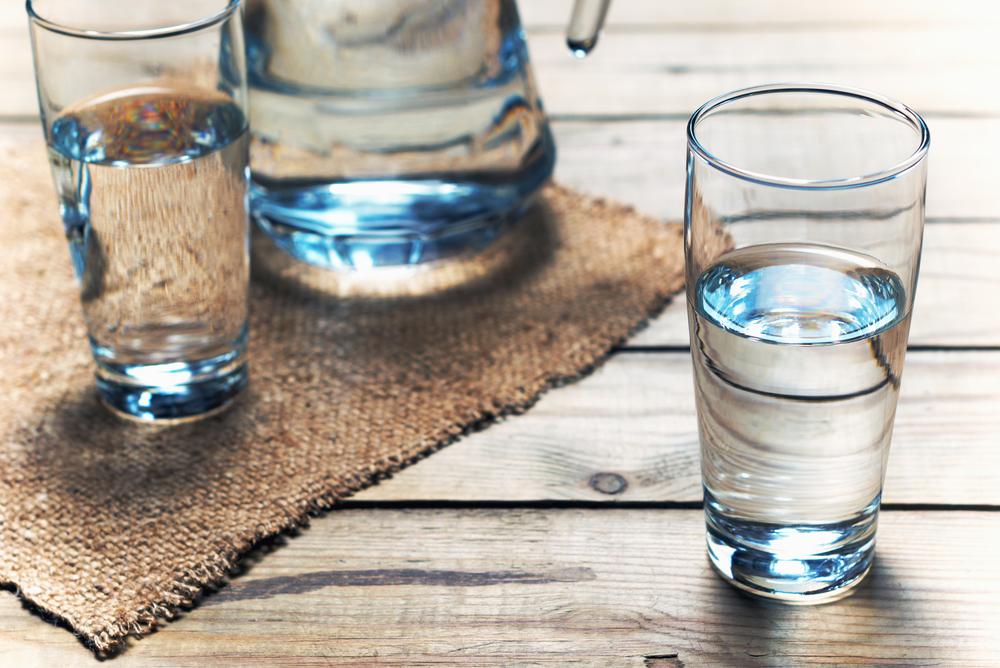 Bere ai pasti è un'abitudine da scoraggiare? Falso! Anche l'Istituto Superiore di Sanità si è occupato di smascherare alcuni falsi miti, tra cui proprio l'errata convinzione che acqua e cibo non vadano d'accordo nello stesso pasto.