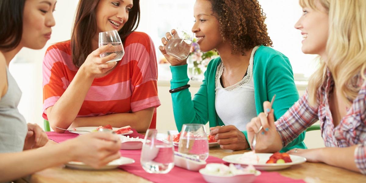 Bere ai pasti un'adeguata quantità di acqua permette una migliore digestione, soprattutto se viene scelta un'acqua ricca di bicarbonati.