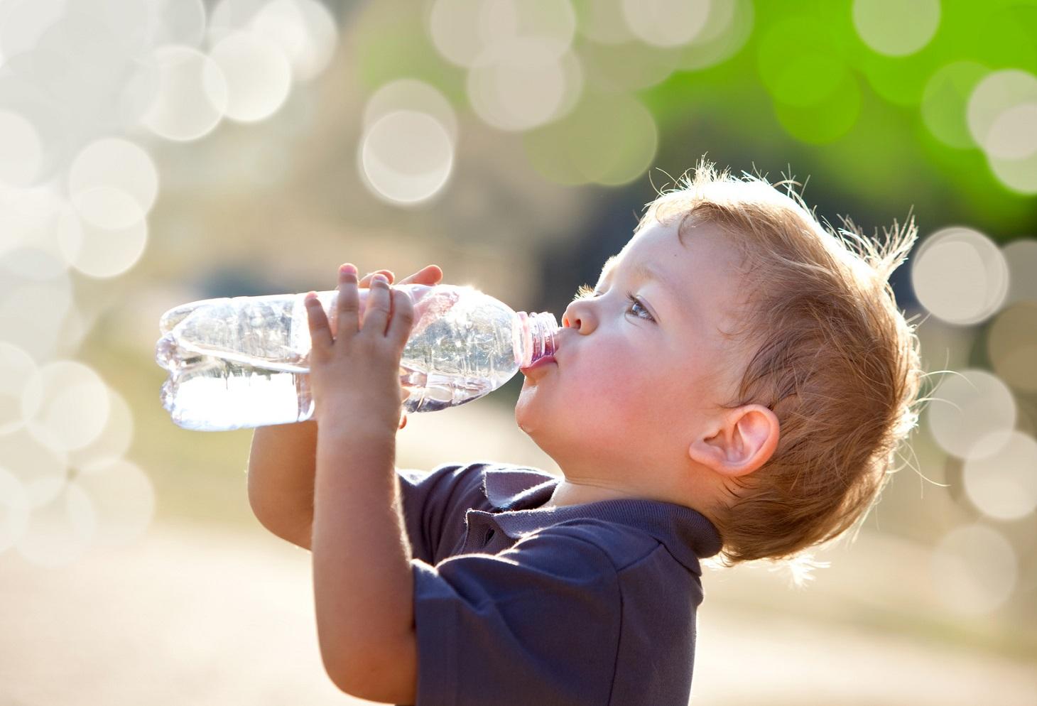 Bere ogni giorno una giusta quantità di acqua è il caposaldo della prevenzione dei calcoli renali: è importante apprendere sin da piccini a bere regolarmente e soddisfare la sete con acqua.