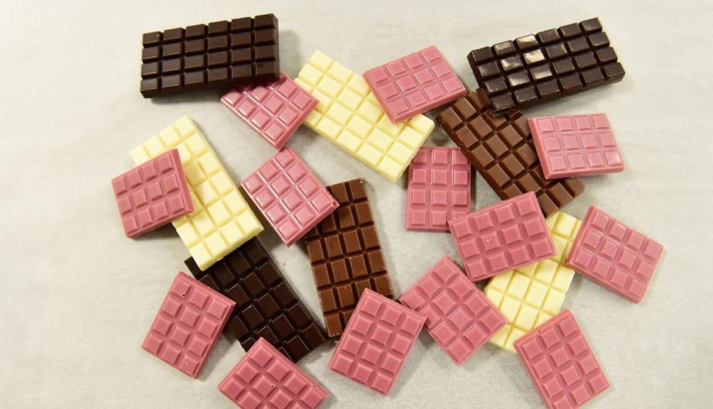 Il cioccolato rosa, dal punto di vista nutritivo, ha molto da condividere con il cioccolato bianco: contiene per lo più burro di cacao, zucchero e derivati del latte.