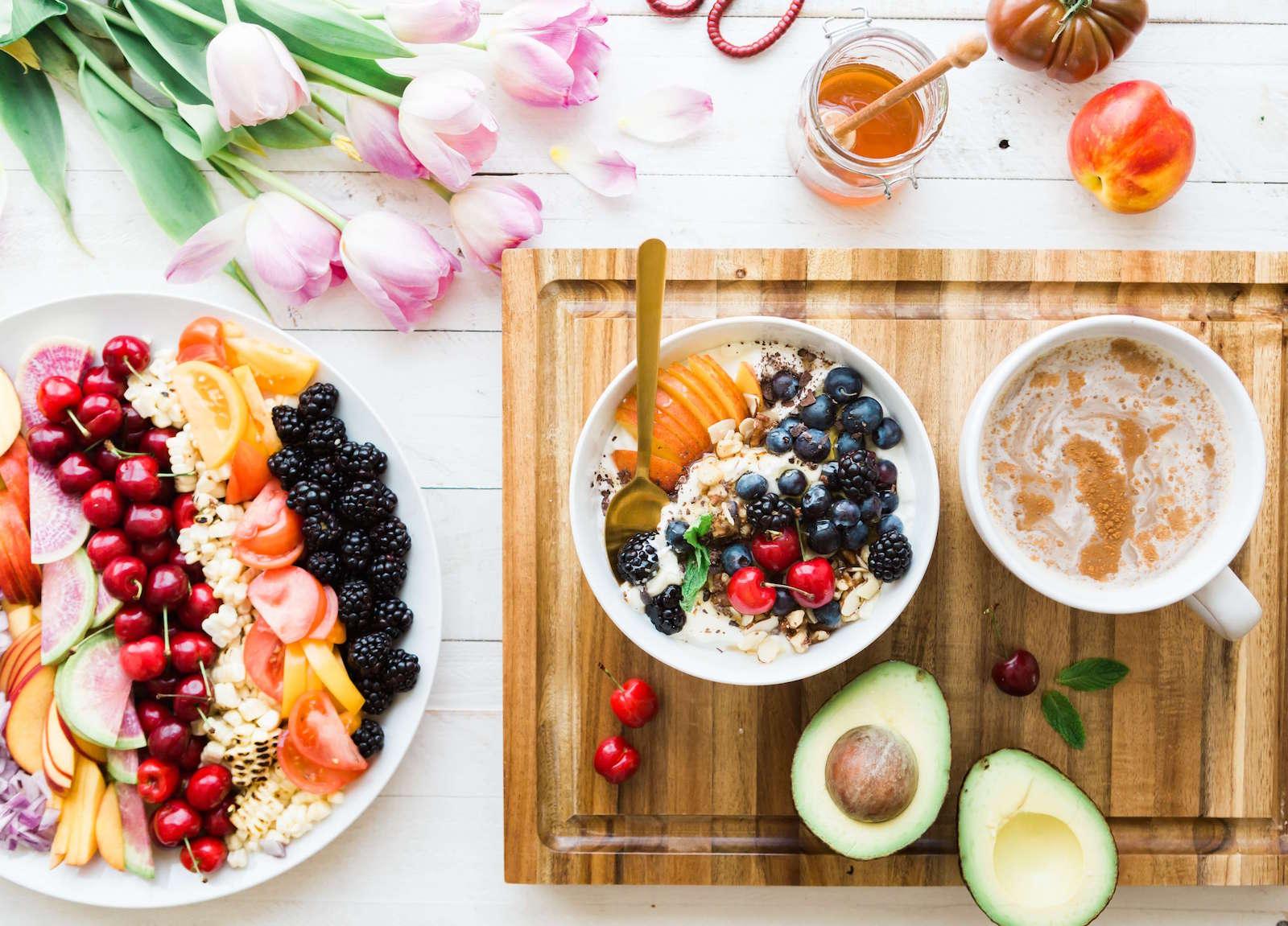 Chi lo ha detto che mangiare in modo salutare rende tristi? Una buona dieta, con la D maiuscola, è la base della felicità.