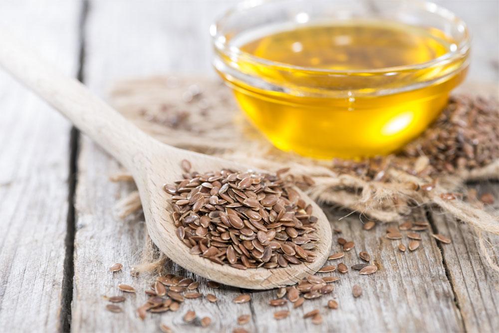 Tre cucchiaini di semi di lino possono essere aggiunti ogni giorno a yogurt e insalate: la dieta vegana ha bisogno di loro!