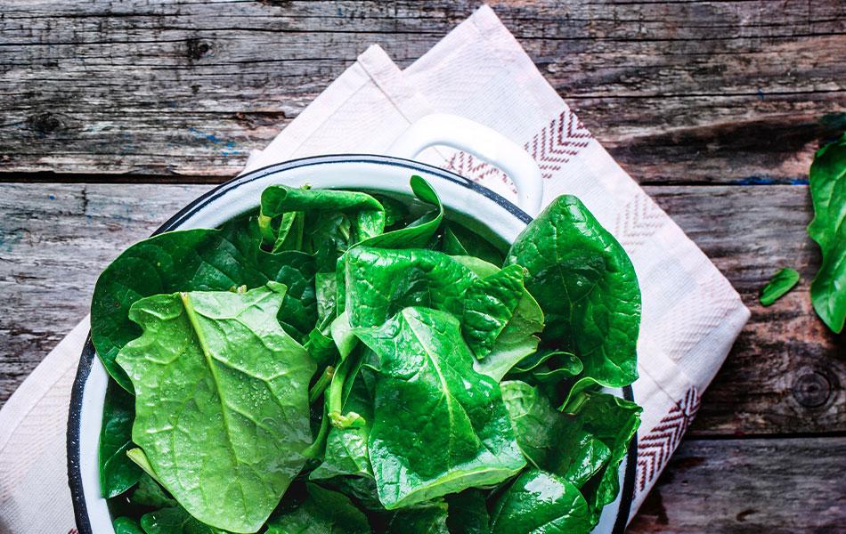 Gli spinaci conditi con succo di limone offrono un duplice beneficio: più gusto e più ferro!