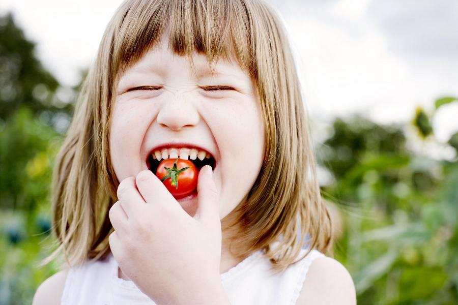La dieta mediterranea è anche una questione di educazione al gusto: mangiare in modo sano sin da piccoli facilita il mantenimento di abitudini virtuose.